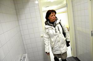 Skinande nytt. Kommunstyrelsens ordförande Solveig Oscarsson (S) visar runt i de nyrenoverade lokalerna. Lite småfix återstår innan de öppnar på lördag.