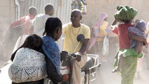 """Adam (Youssouf Djaoro) tvingas se sin tillvaro förändras rejält i """"En man som skriker"""".Foto: Folkets bio"""