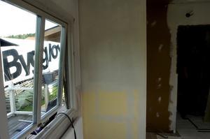 Renoveras. Allt gammalt är utrivet och målarna hade igår börjat spacklat väggarna i köket och vardagsrummet. Foto:Johan Larsson