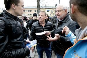Många Karlskogabor kom till Alfred Nobels torg för att fråga Patrik Fridén om Svenskarnas parti och dess politik.