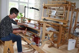 På övervåningen i huset har Elin en egen vävkammare där hon skapar vackra textiler.