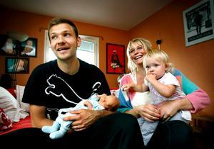 ÖSK-målvakten John Alvbåge och Liza Anttonen med sonen Logan och dottern Mercedes.