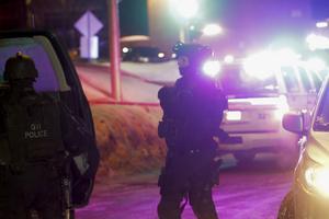 Poliser vid moskén där dödsskjutningarna ägde rum.