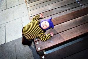 Lugnande ljud. Linnea Brock, 1,5 år, njuter av det lugnande ljudet från vattenspelet på Stortorget.
