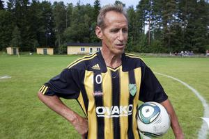 """Anders """"Tjommen"""" Nilsson var den som kom på idén att hans vän sedan 40 år borde hyllas genom en minnesmatch mellan Forsbacka och Valbo."""