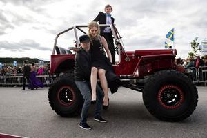 Gör man som Lina Svensson och Jesper Persson och kommer i en höjd Willys Jeep kan det behövas en hjälpande hand för att komma ner på fast mark.