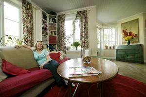 Mycket vinklar. Huset är personligt med mycket vinklar och prång och det bidrog till att Åsa Medin föll för huset. Den gröna kommoden är arvegods från Åsas mormor.