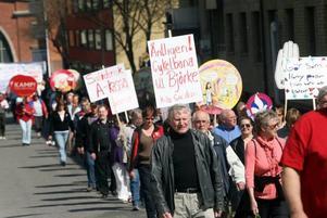 Under tystnad, helt utan slagord, tågade ungefär 250 personer från Folkets hus till Slottstorget i Socialdemokraternas tåg.