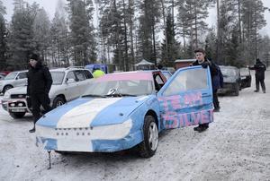 Debutant. Bakom ratten sitter Linnéa Eriksson, Kopparbergs MK. Hon peppas av Dennis Grönberg inför sin premiärtävling i Folkrace som stod i Hällefors.