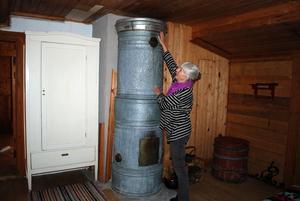Den 150 år gamla finska plåtugnen värmer skönt i sovrummet.