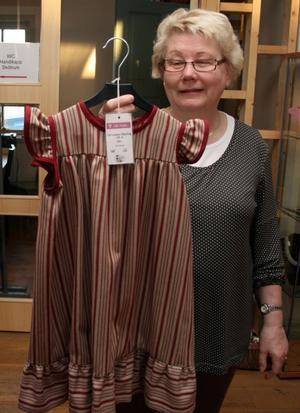 Kerstin Ringh har inspirerats av Karl Larsson motiv och sytt upp en kollektion klänningar i olika flickstorlekar.