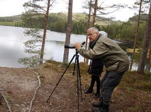 Jan Lindström hjälper till att ställa in kikaren.