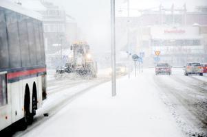 15 enheter var ute och bekämpade snön på Faluns gator på måndagsmorgonen. Men många Falubor ansåg att snöröjarna kom ut för sent.