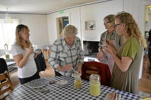 Speciell smak. Många av deltagarna i höststöket hade inte smakat surkål tidigare, men tyckte det smakade bra. På bilden Suzanne Pedersén, Lisbeth Karlsson, Berit Karlsson och Karin Larsson.
