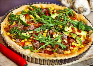 Det här är ingen paj, snarare en pizza bakad i pajform. Vinsten ligger i en inte fullt så fet deg. Fyllningen är kryddig med inspiration av det uppskattade texmexköket.