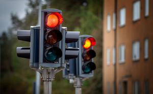 Den som kör mot rött riskerar dryga böter.