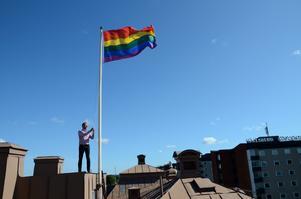 Prideflagga. Nu har Regnbågsflaggan hissats i Sydnärke. I Hallsberg vajar den bland annat på kommunhusets tak. Att stötta alla människors lika värde tycker kommunstyrelsens ordförande Andreas Svahn (S) är självklart, och ser här till att flaggan hissas i topp.