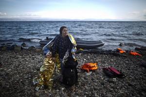 Just nu söker sig rekordmånga flyktingar till Sverige. På bilden syns en syrisk kvinna med sitt barn som precis korsat medelhavet för att ta sig till Europa.