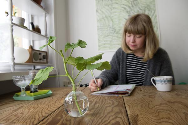 Vid köksbordet sitter Fideli gärna och äter frukost, lyssnar på radio och löser korsord. På väggen bakom hänger en affisch designad av hennes kontorskollega Jonna Fransson.