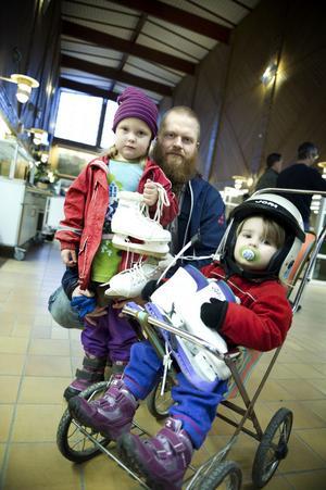 Micke Lund har köpt skridskor och hjälm till barnen Hanna och Moa.