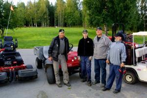 Klockan är sex på morgonen. Grabbarna är redo att göra det fint för golfspelarna. Från vänster: Bengt Dahlberg, Daniel Lundqvist, Per Anders Andersson och Asbjörn Sjöö.