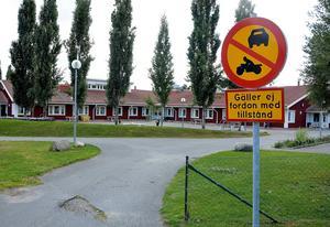 Ånge kommun har dragit in skoltaxin för två Ångefamiljer.