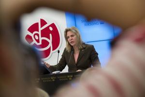 Granskas. Moderaterna kritiserar Socialdemokraternas alternativ till vårbudgeten, här presenterat av den ekonomiska talespersonen Magdalena Andersson.foto: scanpix