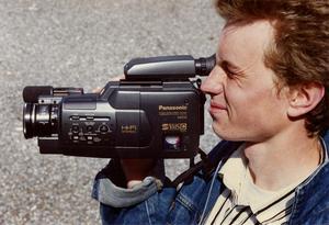 En man med en Panasonic videokamera i VHS-format den 10:e maj 1989, samma år som videokameran utsågs till Årets julklapp.