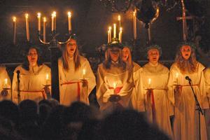 Kören sjöng en rad välkända och traditionella jul- och luciasånger.