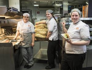 Elvira Westin, My Marell och Tove Jacobsson förbereder sig på att sälja många hamburgare.