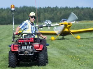 Åke Stormats på sin 4-hjuling så till att taxningen gick smidigt till parkeringsplatserna.