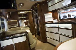 Husvagnen Nova S 690 från Hymer andas flärd. Fem och en halv personer kan sova i tvåtonsvagnen enligt försäljaren. Från 445 000 kronor. Mässvagnen ligger på dryga 500 000 kronor.