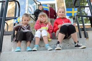 Tårtkalas. Och svenska flaggor. Kommunhusets första 75 år och Sveriges nationaldag firades på en och samma gång. Syskonen Malte, Agnes och Greta Larsson äter tårta på trappan till Medborgarkontoret i kommunhuset.