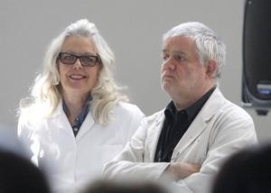 Marianne Lindberg De Geer och Carl Johan De Geer vid lördagens vernissage på Färgfabriken Norr.
