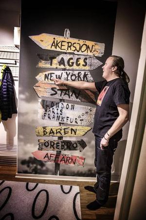 Viktiga riktningar i Mattias Olofssons liv. Här näst väntar New York, en resa som han vunnit i en dj-tävling. – Baren är hos mamma och pappa, berättar han och skrattar.