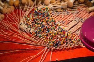 Knyppling kan beskrivas som vävning där trådarna läggs runt pinnar efter ett mönster.