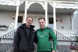 Jan-Erik Hedin för Alfta Lions samtalar här med Roger Wahlman, en av stipendiaterna.