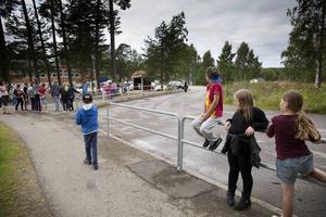 Skolvägsutredningen vi skapa ordning där eleverna väntar på bussar och föräldrar.