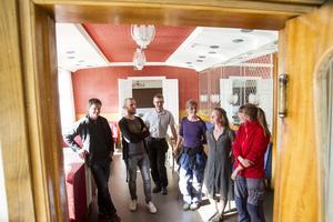 Rådhuskonditoriet arrenderas av Närjord, Erik Persson i grått visar medlemmarna runt i lokalerna.