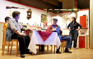 Familjen Yngwesson spelas av Jonathan Jonsson, Jacob Ekeljung, Folke Sundin och Maria Ahlbom-Erlandsson. På bilden syns också grannen Enar som spelas av Pelle Jonasson.