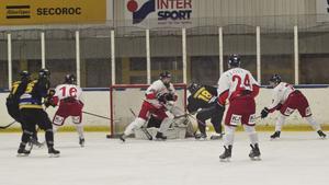 Varjomaa drev upp pucken över hela banan och satte den vid första stolpen efter att ha gjort bort flera Skedvi/Säter-spelare. Målet (se bilden) betydde 4-1.
