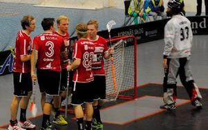 Johan Widh har precis gjort 12-4  i segermatchen mot Tyresö och gratuleras av lagkamraterna i KAIS Mora. Foto: Ola Mopers