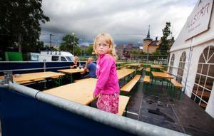 """Nell Eriksson, fem år, var på stråket för att äta med mamma Matilde och pappa Lars. """"Vi får passa på att gå tidigare på kvällen, när det är lite lugnare"""", säger Matilde Eriksson. Nell ska gå på Yran senare i veckan och se EMD."""