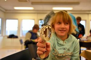 Monsterbygge. Maja Koppla, sju år, gjorde ett eget monster av toarullar.