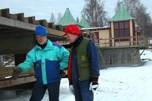 Eldsjälar. Lars Spåman till vänster och Torbjørn Malm diskuterar vidare arbete med ångbåtsbryggan