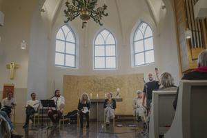 Jan Ivan Persson, ordförande i föreningen Söderblomsspelet, hälsade alla välkomna och påminde om störande telefoner. Bakom honom sitter Erik Ehn, Jesper Söderblom, Peter Mörlin, Kristina Törnqvist och Hans Klinga som läste ur