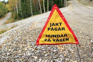 Varning för springande hundar i skogen.
