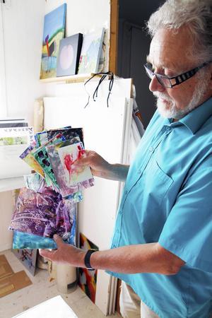 Runar Englund, ordförande i Strömsunds konstforum, visar exempel på encaustic art – en konstform som går ut på att använda bivax och strykjärn.
