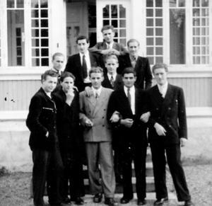 Utanför Hemgården i Silfhyttan står tio av de tolv nyanlända tyskarna som kommit för att lära sig jobbet som gruvarbetare i Stollbergs gruva.   Övre raden fr. v. Karl Sommer, Karl Heinz Schröder och Günther Vorbau. I mitten Johan Adomeit och Egon Stump, nedre raden Helmut Störte, Paul Frölich, Fred Lendt, Hanno Langkammer och Günter Wilkens.   Bilden är tagen i början av augusti 1951.