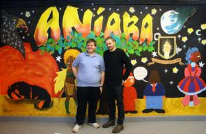 Grafittivägg. Fredrik Danielsson från projektet Aniara och Mark Andersson från projektet Artkod presenterade den nya graffitiväggen i Aniaras lokal på torsdagen.